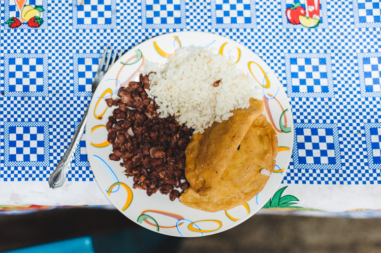 Reis, Bohnen und Enchilada (frittierte Tortilla-Tasche)