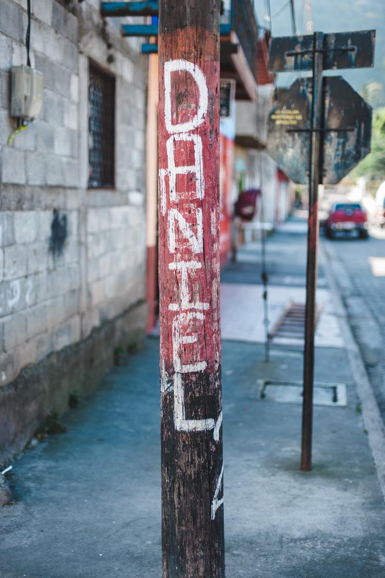 Der Name des regierenden Präsidenten Daniel Ortega ist an einen Laternenpfahl gemalt.