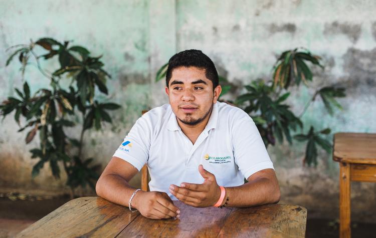 """Jefree, 24, Umweltaktivist, Anwalt und Mitglied der Organisation """"POPOL NA"""" klärt mich am ersten Tag meiner Reise über das Kanal-Projekt und die Auswirkungen in einem einstündigen Interview auf."""