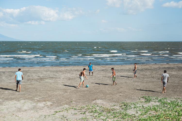 "Jungs spielen Fussball am Ufer des Nicaragua-Sees (""Lago Cocibolca"")."