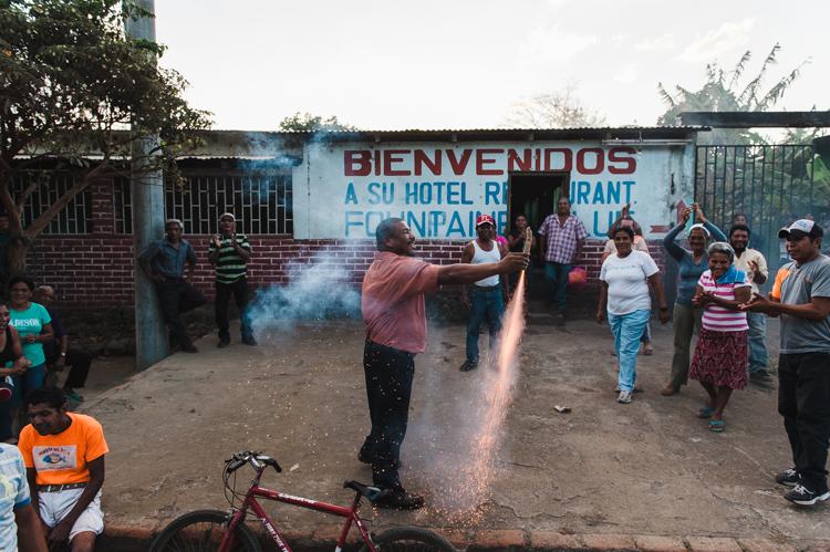"""Ich komme mit den Mitgliedern des Nationalen Rats an im kleinen Dorf """"Esquipulas"""" auf der Insel Ometepe für eine Versammlung. Wir werden mit Enthusiasmus empfangen."""