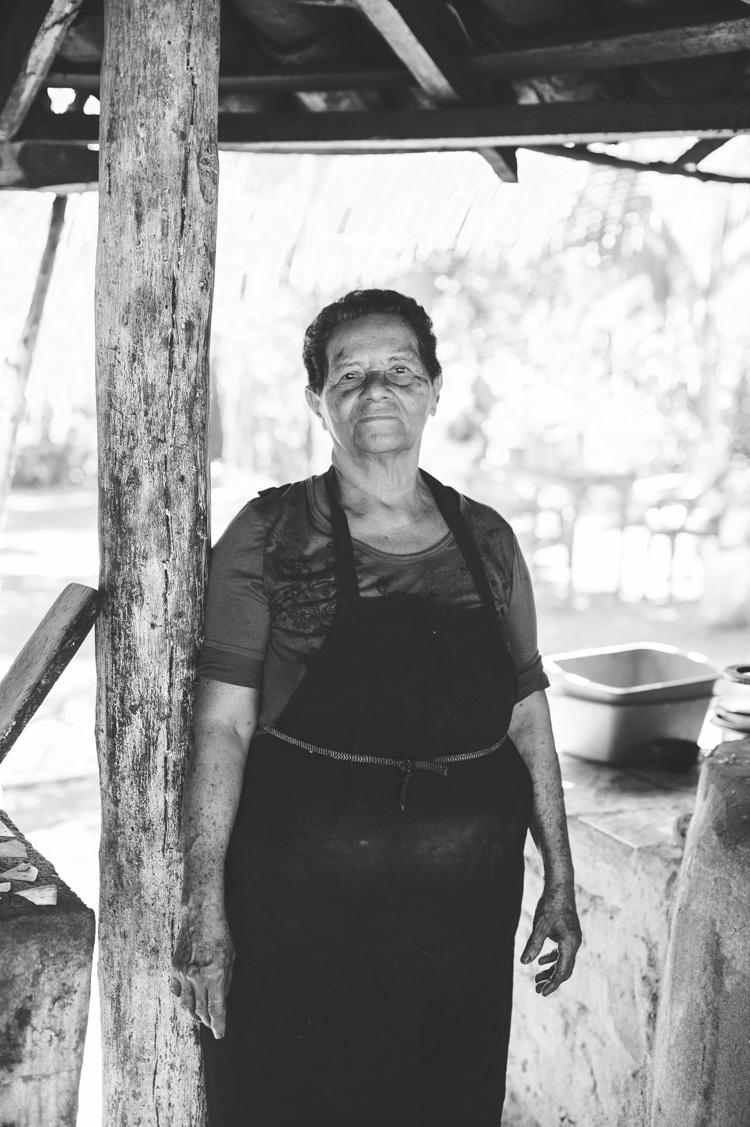 Melba Cruz, 72, Köchin, Esquipulas/Ometepe: Ich habe die Finca von meinen Eltern übernommen. Wir produzieren Reis, Mais, Bohnen, Bananen. Wir wollen keinen Kanal. Sie sind hier mit Flugzeugen über die Insel geflogen. Man sagt sie kommen, um das Land zu fotografieren. Gott hat uns diesen großen See geschenkt; hier gibt es alle möglichen Spezies, Fische, Krebse. Nicht nur uns nützt dieser See. Vor allem auch den ganz Armen hilft der See, weil sie hier ihr Essen finden. Für mich ist das ganze nicht gut…für niemanden, glaube ich. Ich habe Angst, mein Land und meine Finca zu verlieren, die mich viele Opfer gekostet hat. Ich würde eher hier sterben, als wegzugehen. Allen Leuten geht es so. Wenn hier Arbeiter kommen, werden wir sie verjagen.