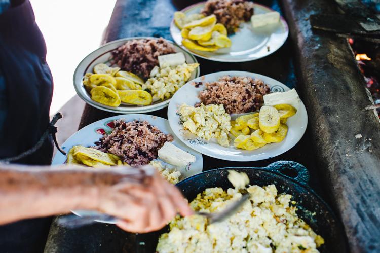 Doña Melba bereit unser Frühstück zu: Gallopinto (Reis mit Bohnen), Rührei, frittierte Banenen und Käse.