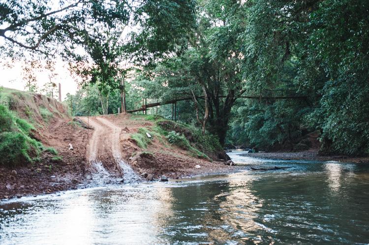 Wir fahren mit dem LKW durch einen Fluss. Seit 2-3 Monaten ist Trockenzeit. In der Regenzeit befindet sich die Brücke übrigens häufig nur knapp über der Wasseroberfläche.