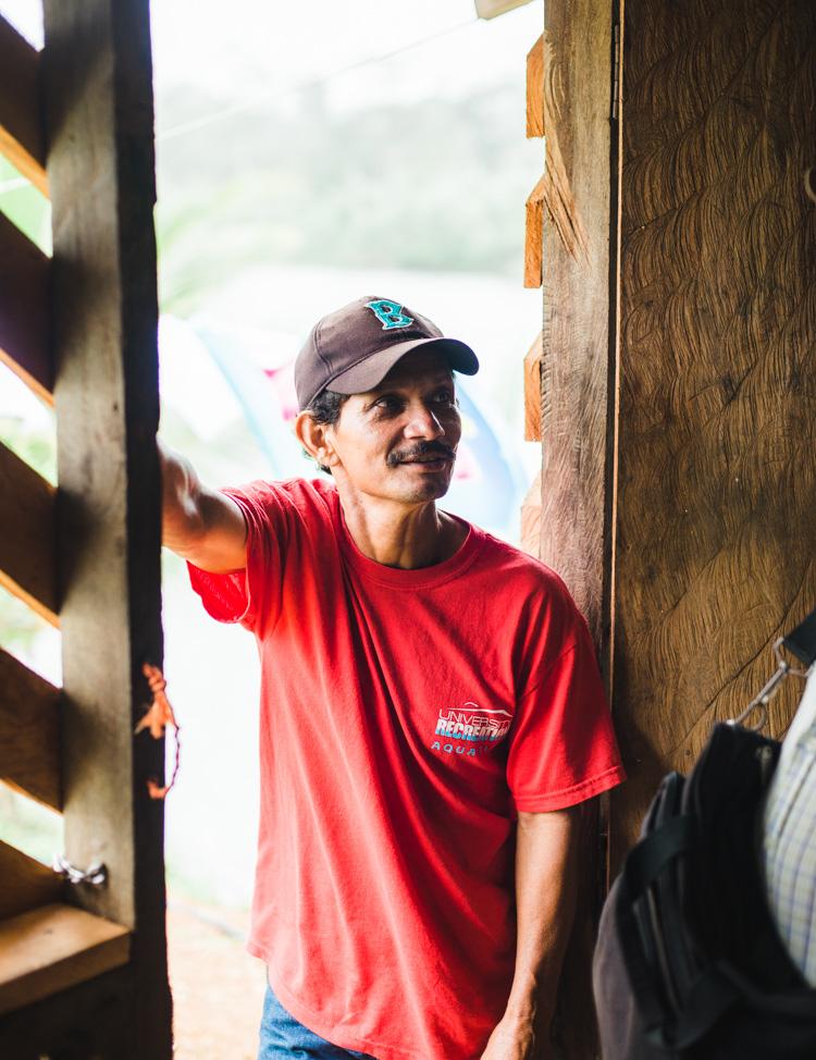 """Wir treffen unseren vierten Mitstreiter: """"Chepito"""" (etwa: der Kleine, eigentlich José Chavarría), 49, Bauer und Koordinator der Aufklärungsaktivitäten in der Region. Ich werde in den kommenden Tagen noch sehr beeindruckt davon sein, wie viele Leute er kennt. Fast jede Nacht werden wir bei einem Bekannten von ihm schlafen."""