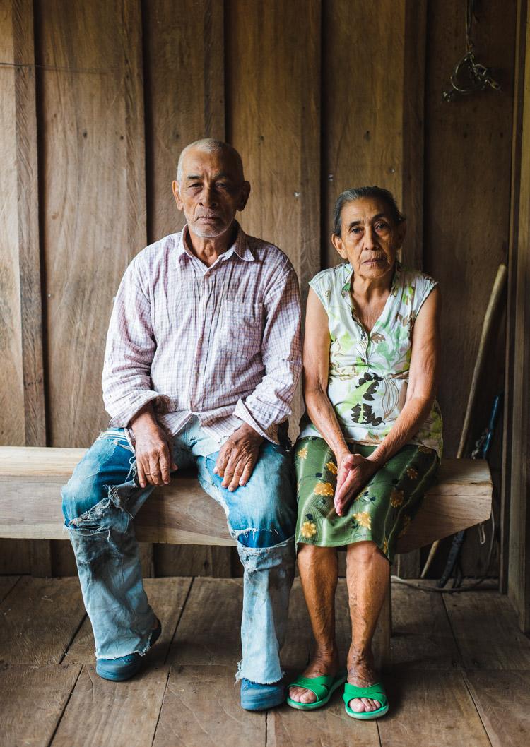 Ein altes Ehepaar sitzt auf der Veranda ihrer Finca. Auch sie wohnen in dem Gebiet, dass vom Kanalbau betroffen wäre und müssten ihr Land verlassen.