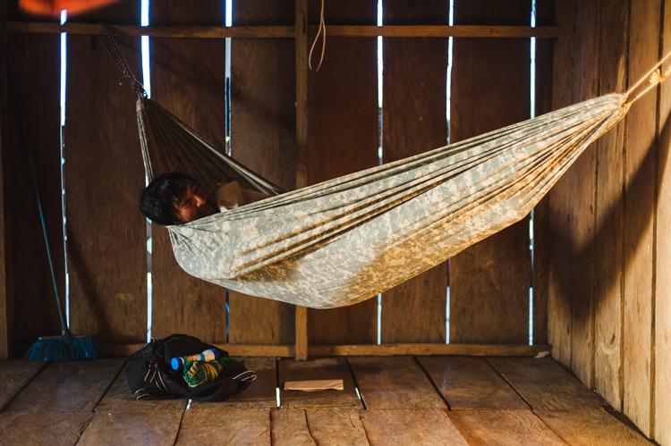 Nach der Rückkehr reiten wir noch für eine knappe Stunde. Auf dieser Finca habe ich (ganz im Ernst) ein Gefühl von Luxus - es gibt einen Holzfussboden! Hier ist eine Impression am nächsten Morgen, als Pablo gerade aufwacht.