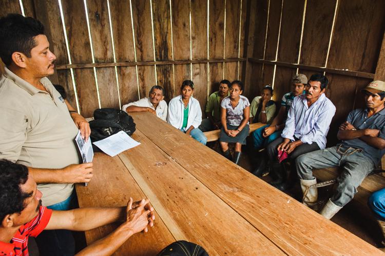 Wieder wird Kleinbauern in der betroffenen Region über das Kanal-Gesetz berichtet und anschließend diskutiert.