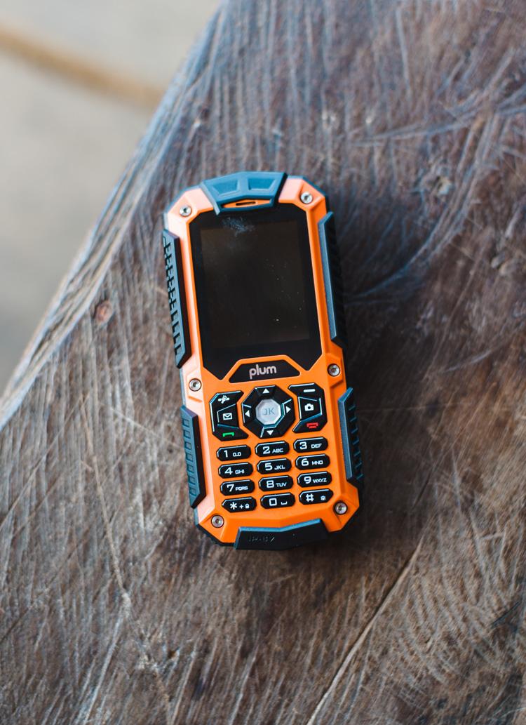 Auch wenn es in dieser Region keinen Empfang gibt, sind Handys doch weit verbreitet. Und dieses Modell ist für das feuchte Klima deutlich geeigneter als mein iPhone, das nach der Tour den Geist aufgegeben hat. Zum Glück gibt es hier viele kreative (und günstige) Techniker, sodass ich nun wieder erreichbar bin.