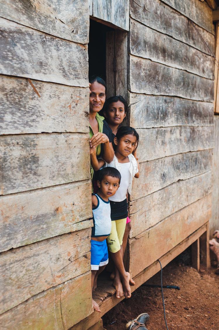 """Unterwegs begegnen wir vielen Familien. Dass sie von einem neugieriegen """"Chele"""" (Bezeichnung für Europäer/Amerikaner; abgeleitet vom Wort """"Leche"""" für Milch) fotografiert werden, passiert für viele zum ersten Mal."""