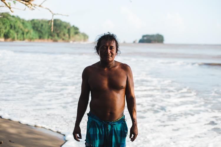 """Roberto, 38, Fischer und Bauer. Er ist Rama und spricht in einem unverwechselbaren englischen Dialekt. In der Bucht im Hinergrund wirft er morgens seine Netze aus, um sie abends wieder einzuholen. Die Rama sind Ureinwohner an der Atlantikküste Nicaraguas. Seine Vorfahren lebten bereits hier, als Kolumbus Amerika """"entdeckte""""."""