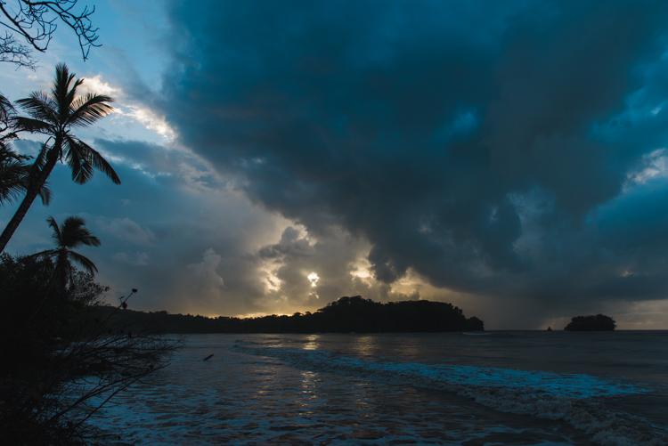 Eine frische Brise, aufreißende Wolken, sanfte Wellen: Sonnenaufgang in der Karibik. Wieder einer dieser Momente, in denen ich überwältigt dastehe und das Leben liebe.