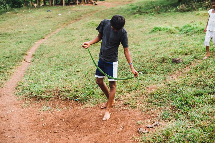 Einige Jungs haben eine Schlange gefangen und vergnügen sich nun damit, die Kinder zu erschrecken. (Laut Auskünften der Dorfbewohner ist sie übrigens nicht giftig, sodass auch ich mich relativ nah heranwage.)