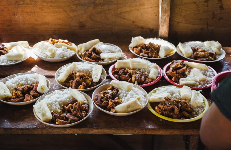 Zum Mittagessen gibt es Reis, Yuca und Schweinefleisch - frisch geschlachtet.