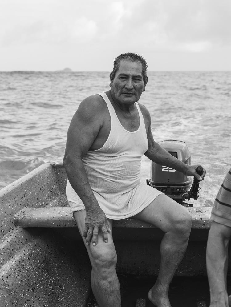 """Am Nachmittag bringt uns einer der Stammesälteren in seinem Panga-Boot ein Stück weiter südlich an die Küste etwa eine halbe Stunde vor der Mündung des """"Río Punta Gorda""""."""