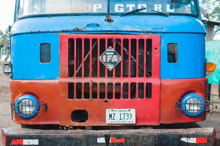 Hier ein übliches Transportmittel: IFA-Lastwagen, deren Ladeflächen mit Sitzbänken ausgestattet sind.