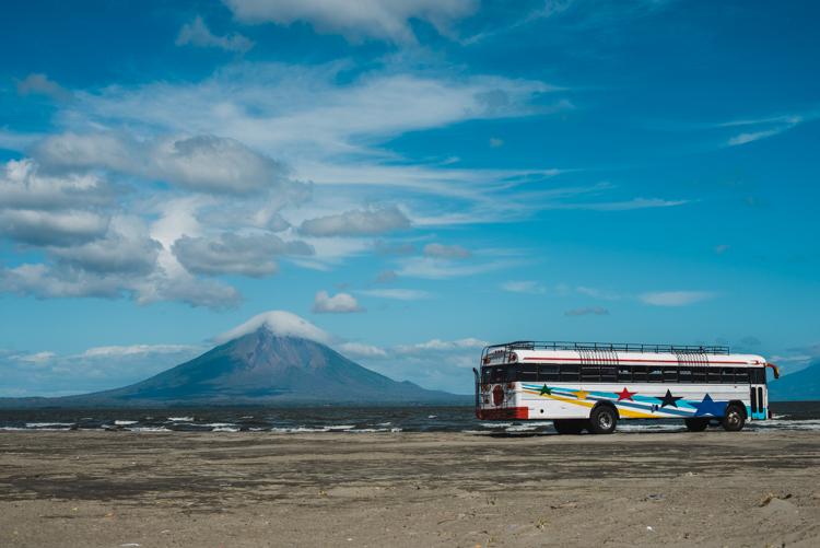 Nicaragua pur: Alte Schulbusse und Vulkane.