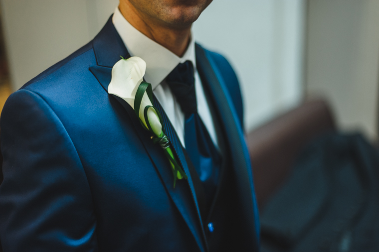 Blumenanstecker am Anzug des Bräutigams