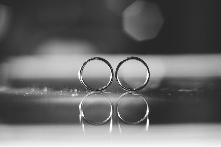 Makroaufnahme Hochzeitsringe mit Spiegelung