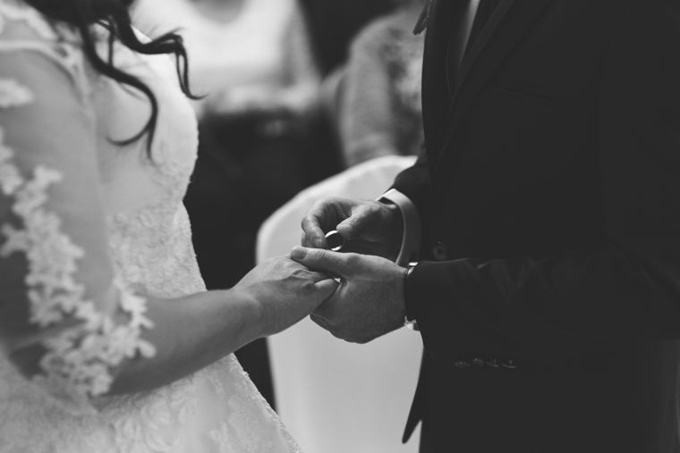 Bräutigam steckt Braut den Ringe an