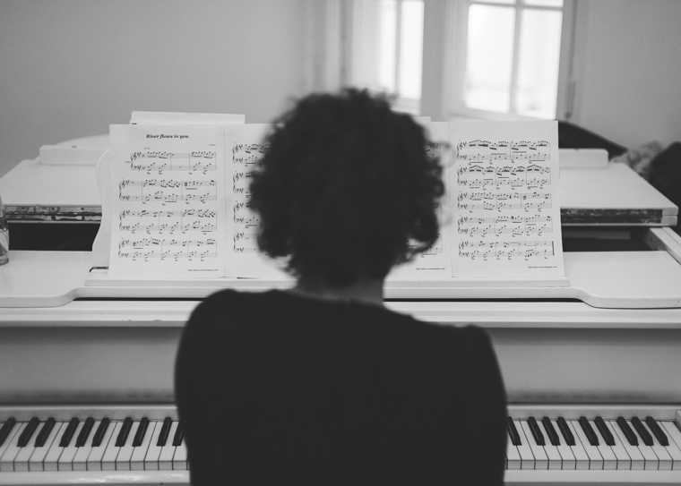 Pianistin spielt auf Hochzeit