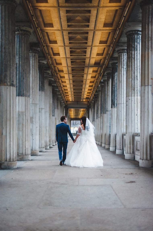 Hochzeitsfoto im Säulengang auf der Museumsinsel
