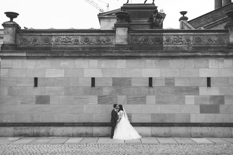 Hochzeitspaar vor Alter Nationalgalerie