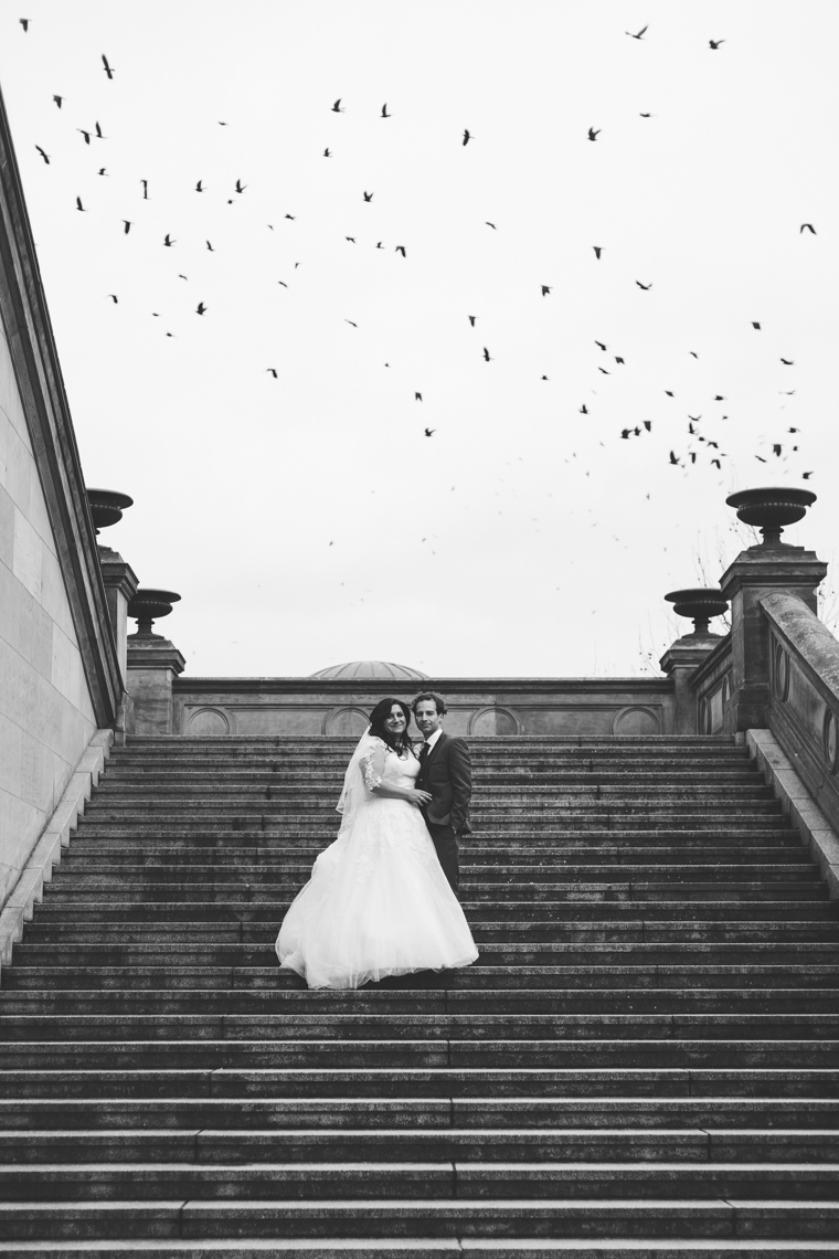 Hochzeitsfoto im Winter auf den Treppen der Alten Nationalgalerie