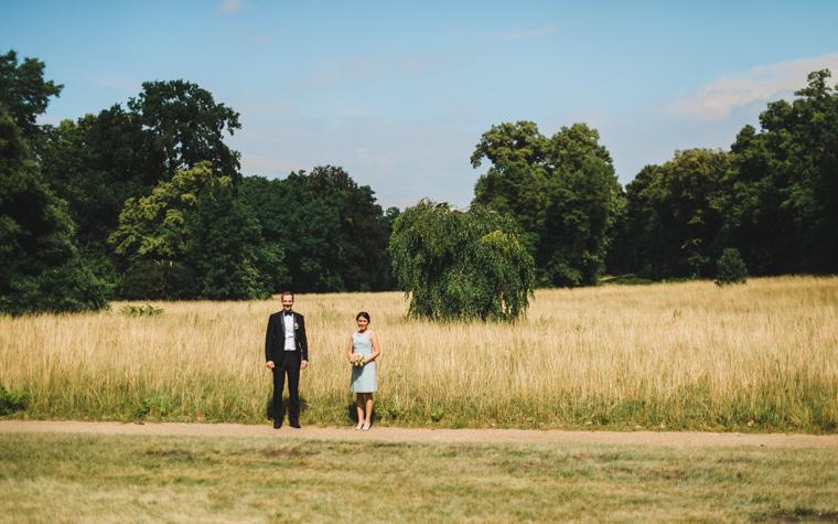 Klassisches Hochzeitsfoto in sommerlicher Landschaft