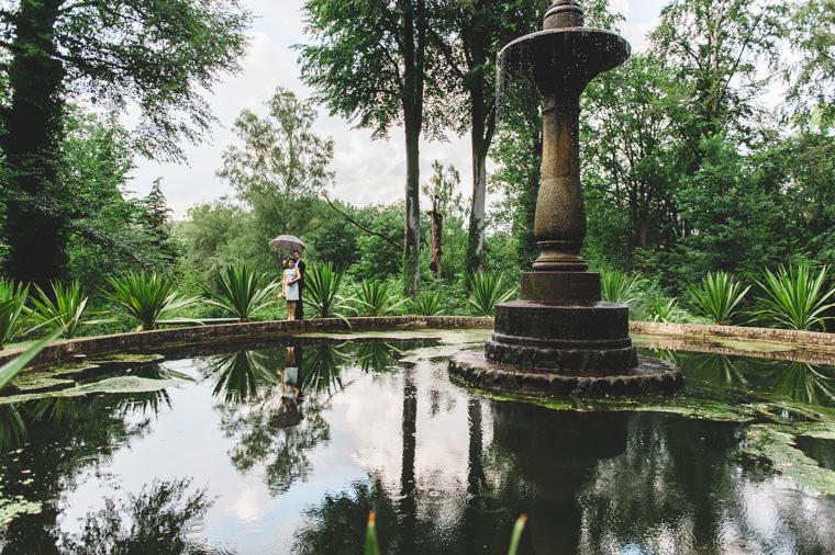 Hochzeitsfoto eines Paares auf der Pfaueninsel am großen Brunnen mit Spiegelung