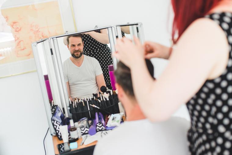 Bräutigam spiegelt sich im Spiegel während Vorbereitungen