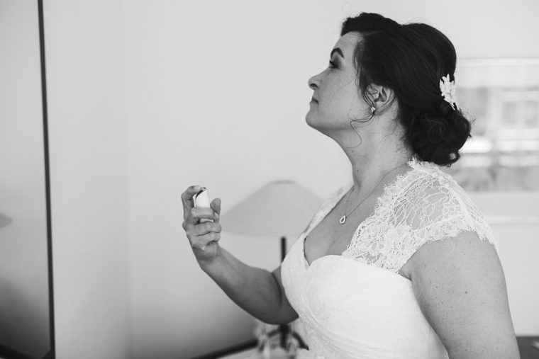 Braut sprüht Parfum auf