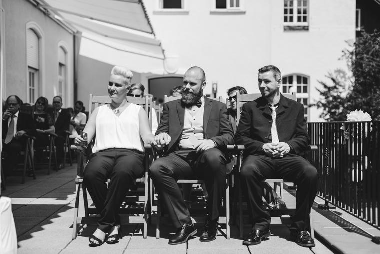 Schwarz Weiß Foto von Hochzeitsgästen in der ersten Reihe