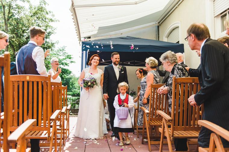 Hochzeitspaar wird nach dem Ja-Wort mit Konfetti beworfen