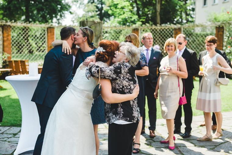 Braut umarmt ihre Oma