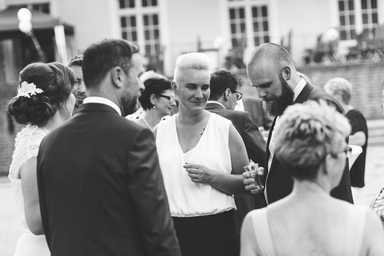 Hochzeitsgäste amüsieren sich