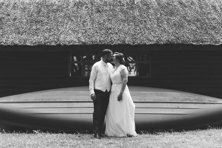 Schwarz Weiß Foto eines küssenden Hochzeitspaares