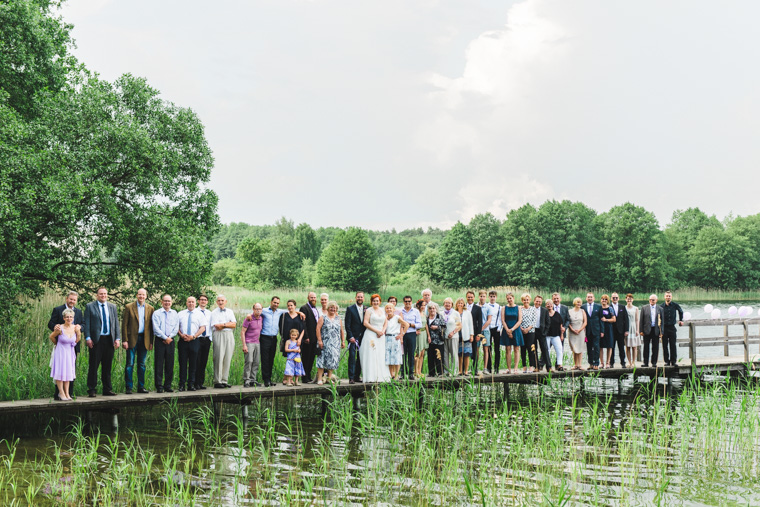 Gruppenfoto Hochzeitsgesellschaft auf einem Steg