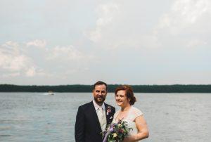 Brautpaar in natürlicher Pose vor einem See