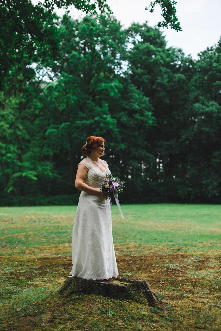 Foto Braut mit Brautstrauss in der Natur