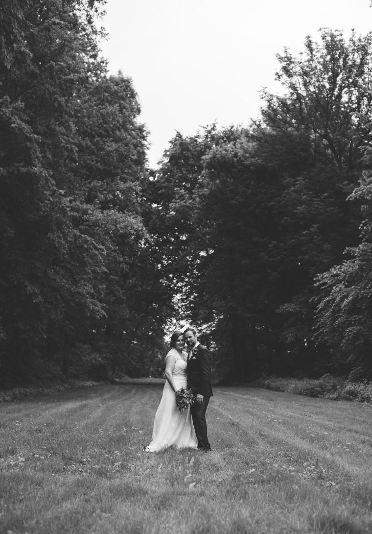 Hochzeitspaar auf Wiese in Brandenburg