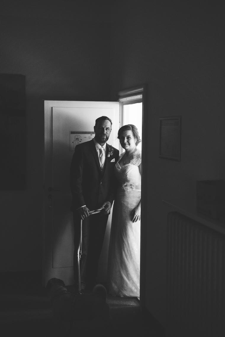 Schwarz Weiß Foto eines Brautpaares in stimmungsvollem Licht