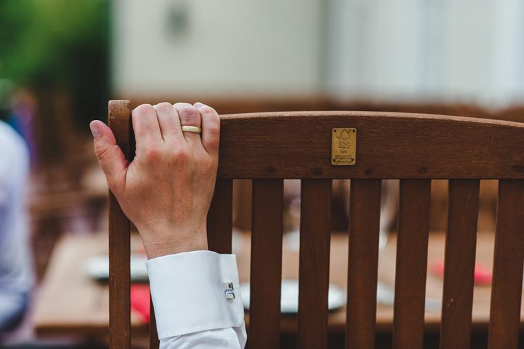 Hand des Bräutigams mit Ring