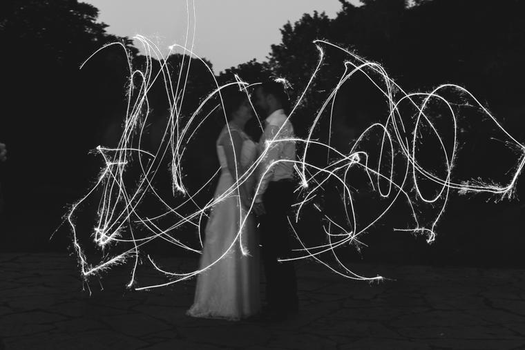 Hochzeitspaar Brautpaar Langzeitbelichtung Wunderkerzen Lichtstreifen