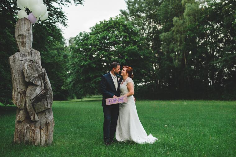 Hochzeitspaar sagt Danke mit Danke-Schild