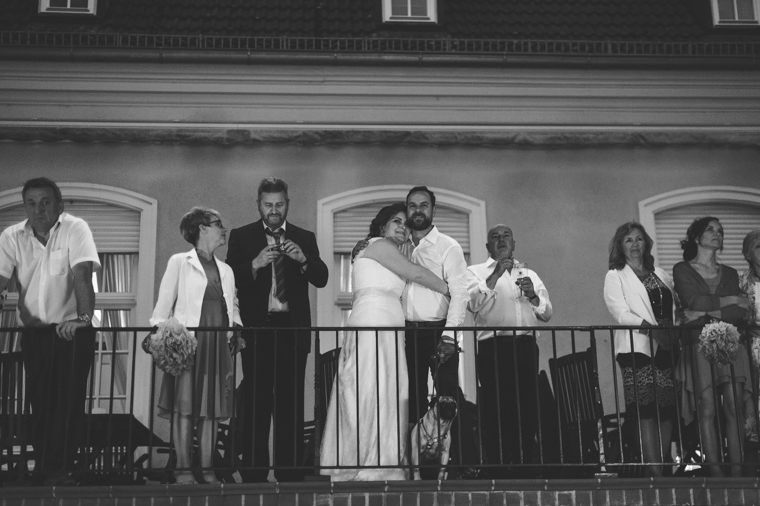 Glückliches Hochzeitspaar mit Gästen