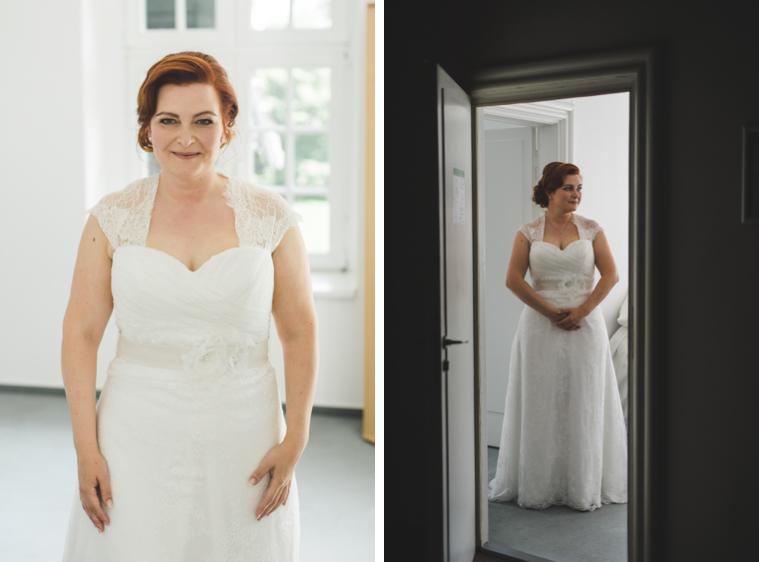 Braut ist mit Vorbereitungen fertig und lacht in die Kamera