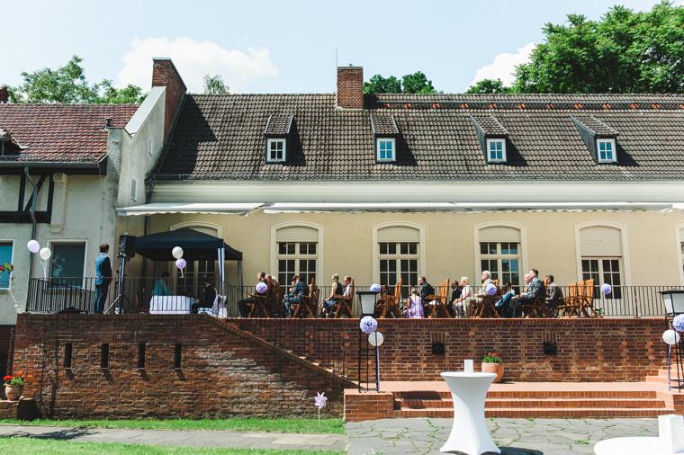 Foto von freier Trauung auf Terrasse des Landgut Gühlen