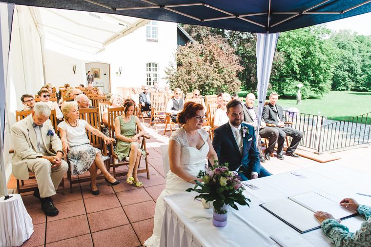 Weitwinkelfoto von Hochzeitspaar während Trauung