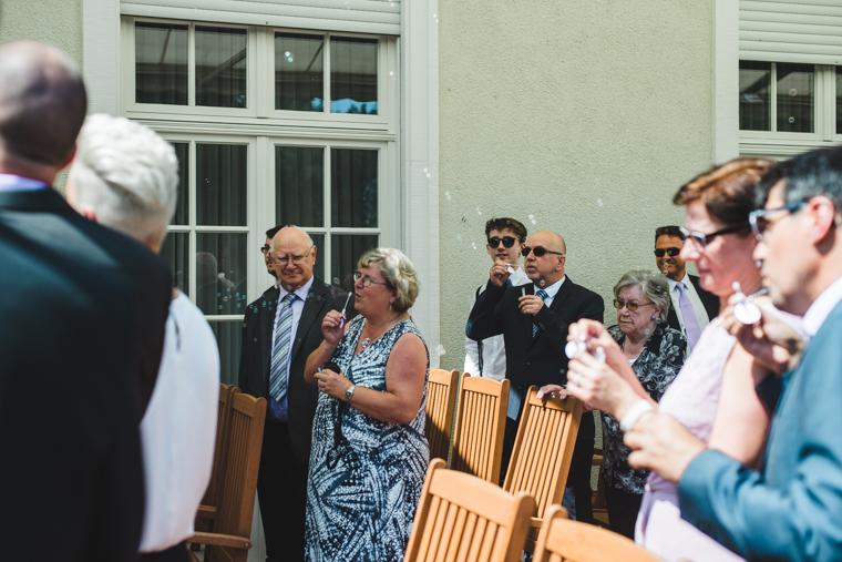 Gäste machen Seifenblasen kurz nach Ja-Wort